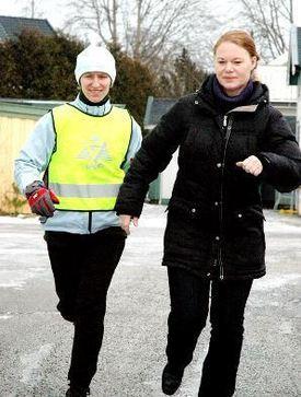 Berit Øie løper sammen med tolk Nina Torstensen.