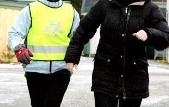 Berit R. Øie løper sammen med tolk Nina Torstensen.