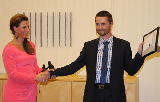 Prinsesse Märtha Louise deler ut Eikholt-prisen til Tare Teksum.