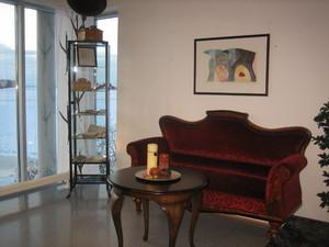 Sofa i lokalsamlinga