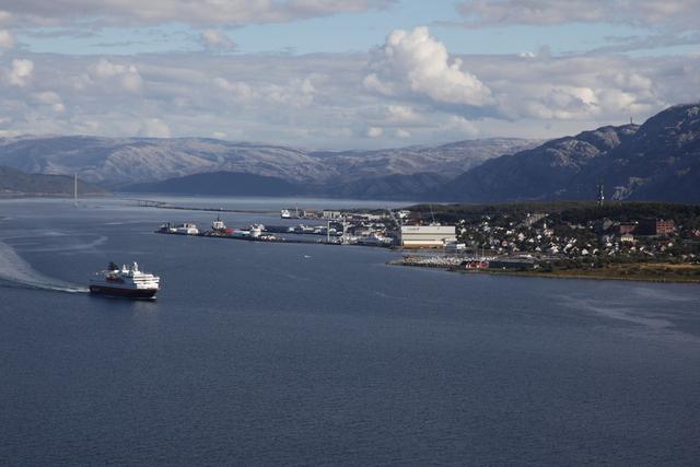 Hurtigruten seiler ut av Sandnessjøen havn