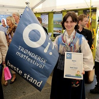 Anne Haga med diplomet for beste stand på Trøndersk Matfestival.