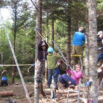 Barn klatrer i anlegget mens flere av de voksne jobber i bakgrunnen