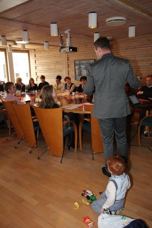 Ordfører Espen Granberg Johnsen foreleser for gjester fra Ukraina med sin sønn som ivrig tilskuer.