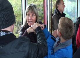 På tur med fjellheisen etter boklanseringen. Thomas og hans mor, Inger Marie Guttorm (i midten) reiste fra karasjok til Tromsø for å være med på arrangementet.