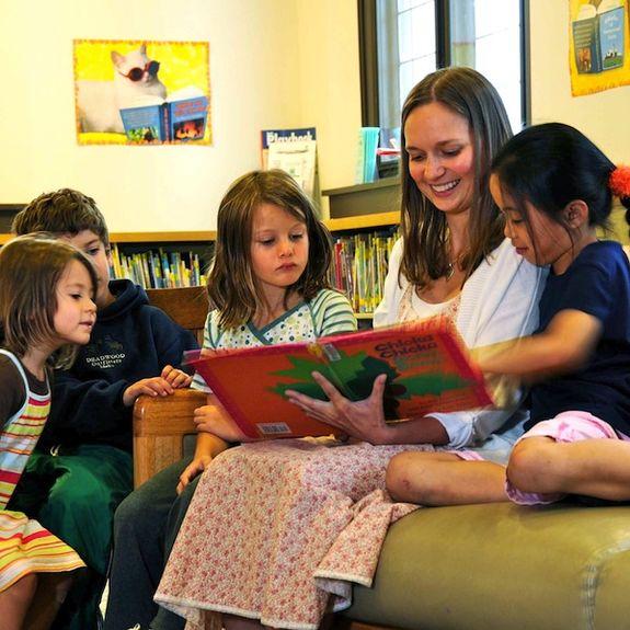 En voksen som leser for barn