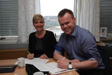 Regiondirektør Guri Bergo i Husbanken og ordfører Espen Granberg Johnsen underskriver avtalen.