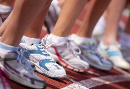 Bilde av føtter i joggesko