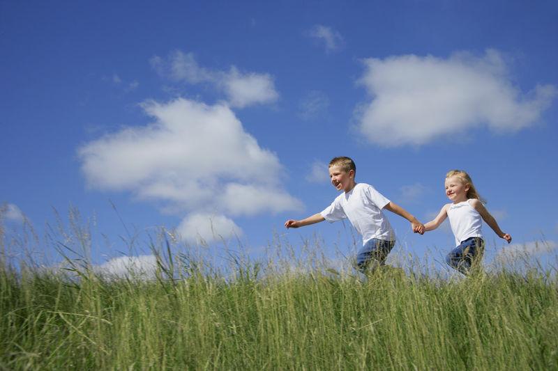 barn løper i gress