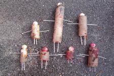 Barn som har laget mennesker av pinner