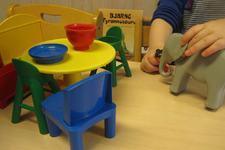 Barn som leiker med dukker