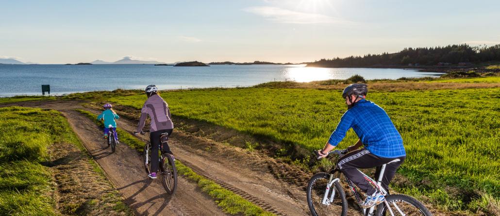 Familie på sykkeltur på Horremsleira