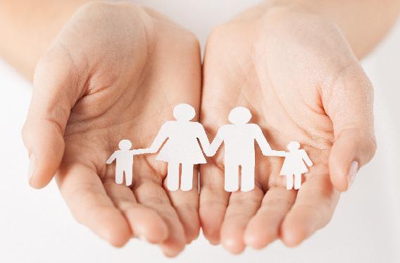 Bilde av en papirfamilie i en håndflate