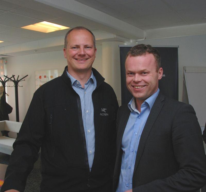 Samferdselsminister Ketil Solvik-Olsen og Lillehammers ordfører Espen Granberg Johnsen snakker veg og bane. Foto: Per Kolstad / Statens vegvesen.
