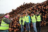 Bildet er tatt ved tømmerlageret til Moelven Eidsvoll Værk - der skogdagen på Eidsvoll starter den 30. august. På bildet er det journalist Kristian Westgård, Eidsvoll og Ullensaker Blad, som tar bilde av representanter for Moelven, TFØ og Mjøsen Skog under en reportasjetur i april i år.
