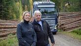 Landbruks- og matminister Sylvi Litshaug (Frp) kom med en budsjettlekkasje under et skogbesøk i går. Her er hun avbildet sammen med styreleder Olav Breivik i Viken Skog.