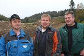 Jens Ole Lomsdalen (th) er en av veipådriverne i Mjøsen Skogs veiprosjekt i Gjøvik-Toten. Her er han sammen med to av de andre eierne av skogsbilveien som nå rustes opp og får ny avkjøring, Per Arne Jostad (t.v.) og Bjørnar Strandbakke.