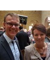 Adm. direktør Erik Lahnstein, Norges Skogeierforbund, og stortingsrepresentant Line H. Hjemdal, KrF, i Stortingets vandrehall etter at H, Frp, V og KrF har undertegnet budsjettavtale for 2015.