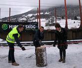 Fylkesordfører Gro Lundby fører øksa og bidrar til å åpne Kvam terminal, med god støtte fra Kjell Ivar Maudal, Jernbaneverket (t.v) og Marit Olive Lindstad, styreleder i Mjøsen Skog.