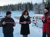 Christl Kvam foretar offisiell åpning av bru på skogsbilvei i Biri Øverbygd - assistert av varaordfører Torvild Sveen og leder i brustyret Tord Rindal under skogdag den 9. des 2014.
