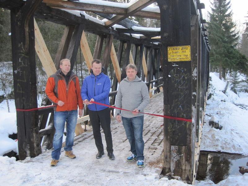 Ordfører Espen Granberg Johnsen med håndtverkerne Ola Trosholmen og Øyvind Jonsgard.