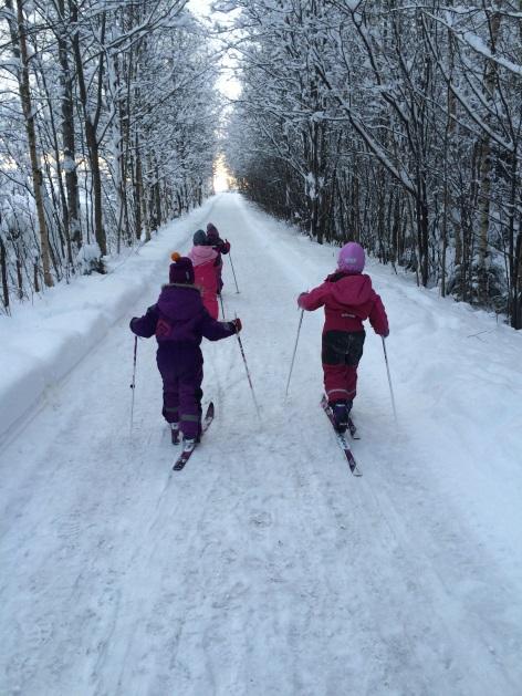 Barn på skitur