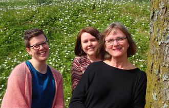 Ane Marte E. Halkjelsvik, Elin Haugland og Inger Marie Storaas i grønne omgivelser.
