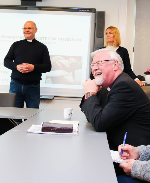 Biskop Ole Christian Kvarme smiler godt under møtet med NKDB/ RSDB.