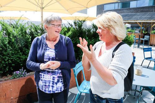 LSHDBs leder Å. Johansen og tolk/ledsager Inger Lise Vincent diskuterer utenfor Scandic hotell Fornebu.