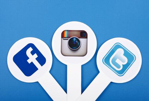 Illustrasjonsbilde av sosiale medier. Facebook, Instagram og Twitter på rekke og rad.