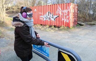 Trening i partnerkompetanse. Kvinnelig deltaker, som spiller døvblind, undersøker en veibom.