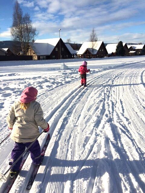 barn går på ski