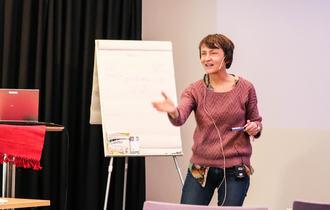 Psykiater Hege Saltnes er engasjert foredragsholder.