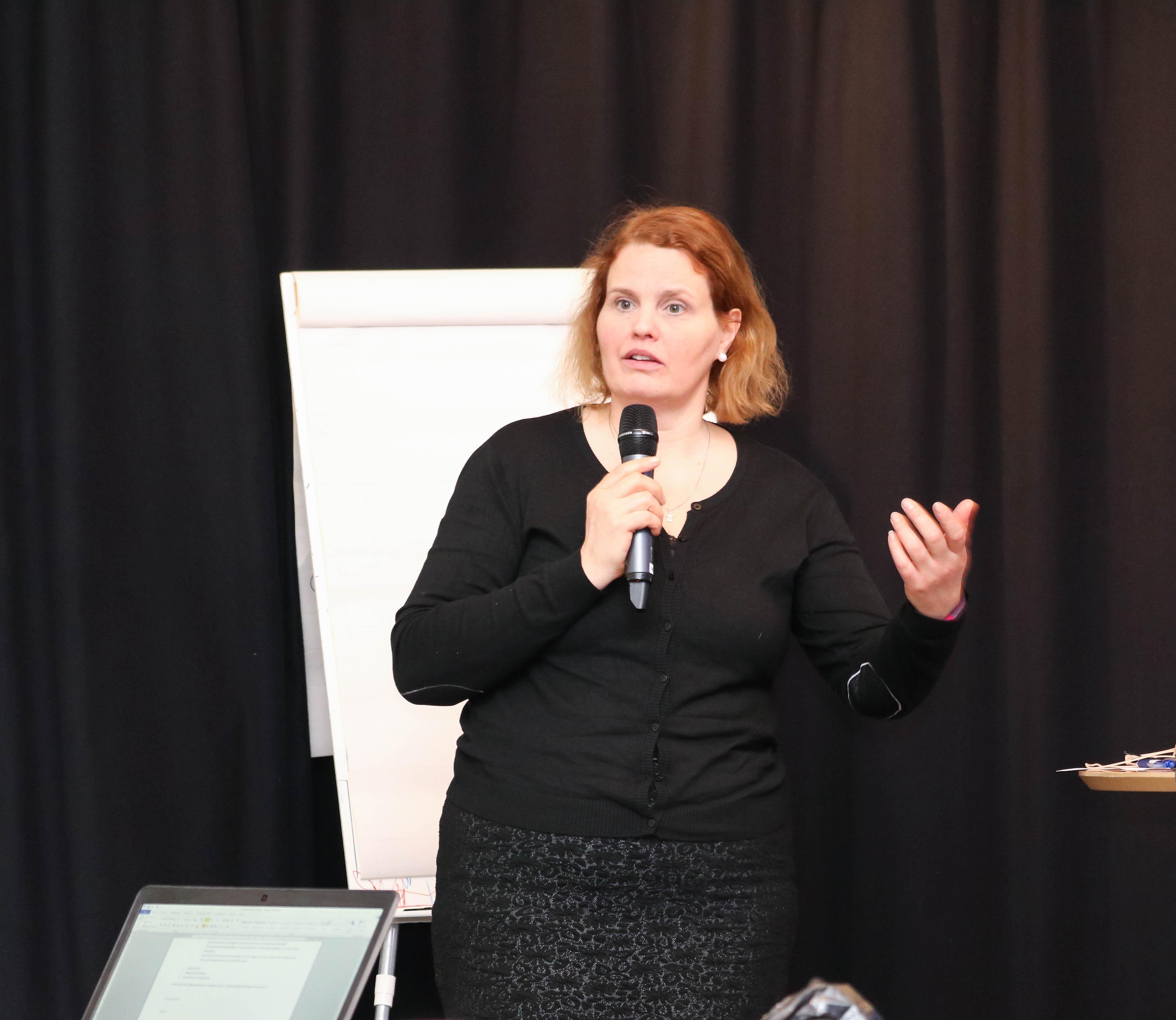 Trine Seljeseth er ordstyrer under rådgiversamling i Andebu.