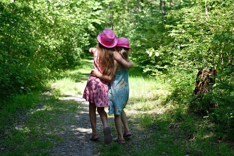 Sommerjenter med hatt
