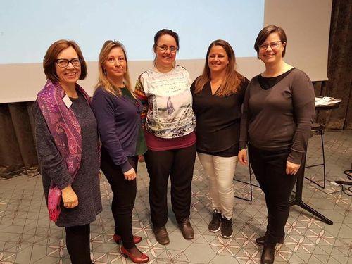 Gruppebilde med fem kvinner. Tre rådgivere og to tolker.