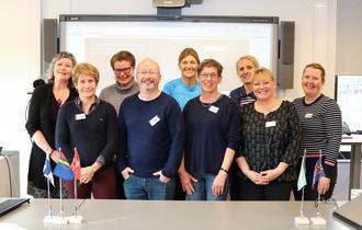 Ni representanter fra Nordic charge network samlet i Vk-rommet til Regionsenteret for døvblinde i Tromsø.