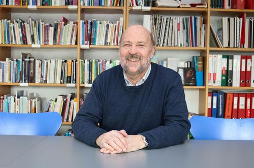Bertil Bjerkan sitter foran biblioteket til Regionsenteret for døvblinde i Tromsø