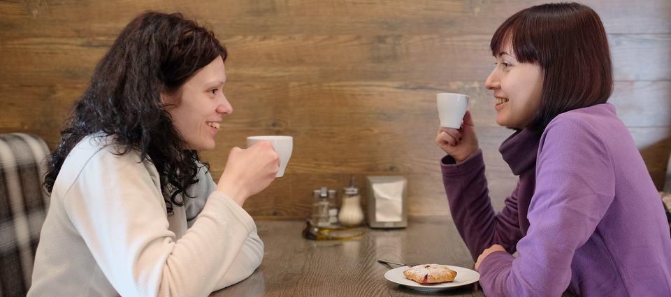 Illustrasjonsbilde av to kvinner som drikker kaffe