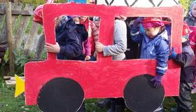 Barn som leker med brannbil