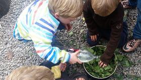 Bilde av barn som forbereder farging av garn