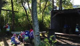 Bilde av barn i skogen