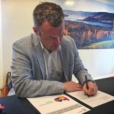 Ordfører Espen Granberg Johnsen signerer UNESCO-søknad.