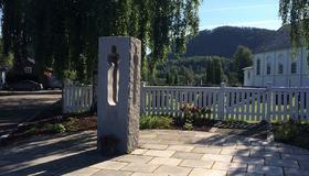 Bilde av minnesmerket i Hommelvik etter 22. juli, utenfor Hommelvik kirke
