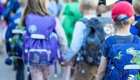 Bilde av barn på veg til skole
