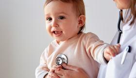 Bilde av barn og lege