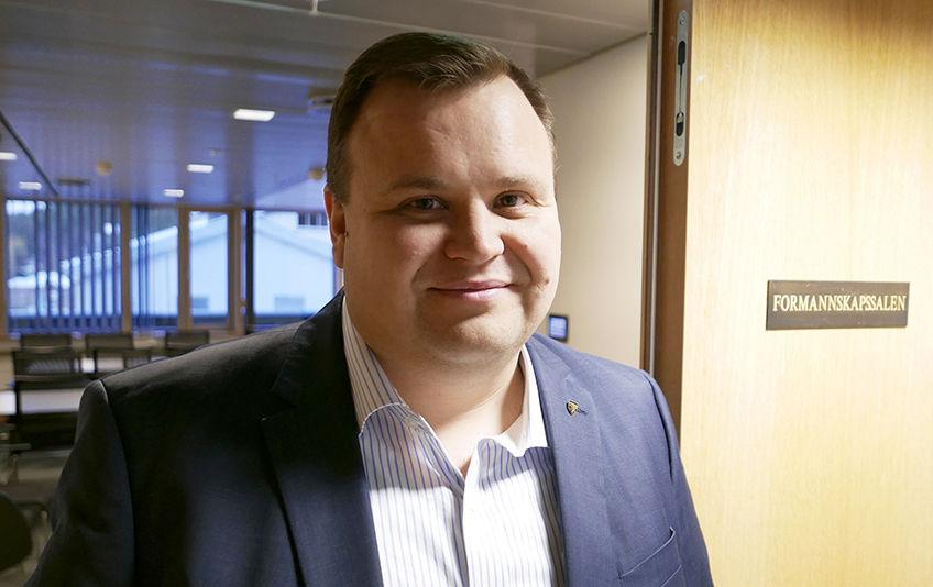 Ordfører Thomas Sjøvold ønsker velkommen til vielse i rådhuset