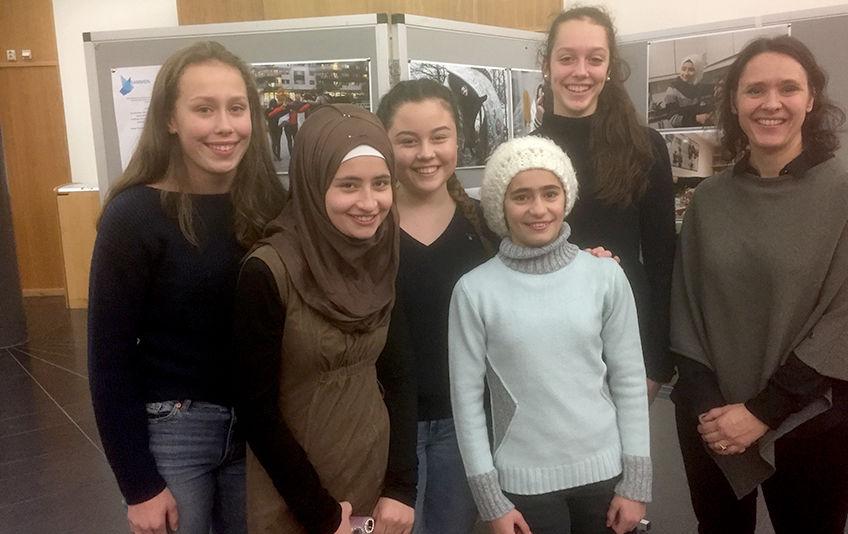 Bildet viser Fra venstre Tuva Sundt Magnussen, Fatima Alnasan, Teodora Jankovic Ghoufran, Alnasan Celin Eriksen og flyktningrådgiver Kjersti Hoff