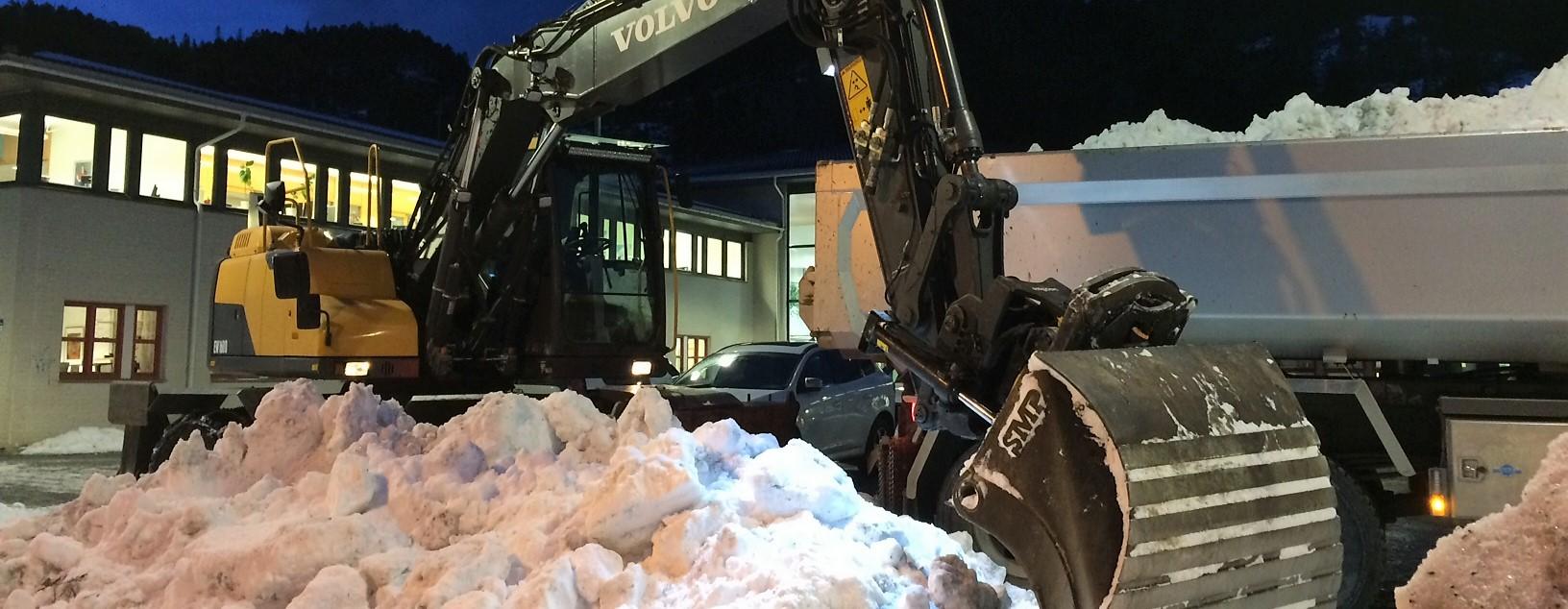Bilde av gravemaskin som graver snø