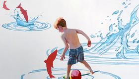 Bilde av abstrakt maleri med gutt som står i vann